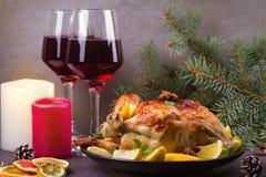 Pollo o pavo con los limones, las naranjas, las cales y las especias en fondo de la Navidad y del Año Nuevo Imágenes de archivo libres de regalías