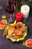 Pollo o pavo con los limones, las naranjas, las cales y las especias en fondo de la Navidad y del Año Nuevo Fotografía de archivo