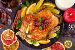 Pollo o pavo con los limones, las naranjas, las cales y las especias en fondo de la Navidad y del Año Nuevo Foto de archivo libre de regalías