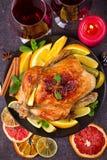 Pollo o pavo con los limones, las naranjas, las cales y las especias en fondo de la Navidad y del Año Nuevo Imagen de archivo libre de regalías
