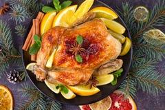 Pollo o pavo con los limones, las naranjas, las cales y las especias en fondo de la Navidad y del Año Nuevo Fotos de archivo libres de regalías