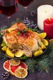Pollo o pavo con los limones, las naranjas, las cales y las especias en fondo de la Navidad y del Año Nuevo Imagenes de archivo