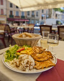 Pollo para el almuerzo en Cremieu foto de archivo libre de regalías
