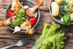 Pollo, patatas y ensalada asados a la parrilla de la lechuga Imagenes de archivo