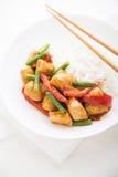 Pollo picante con las habas verdes de las verduras y ascendente cercano de la pimienta roja y del arroz Imagen de archivo