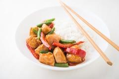 Pollo picante con las habas verdes de las verduras y ascendente cercano de la pimienta roja y del arroz Foto de archivo libre de regalías
