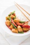 Pollo picante con las habas verdes de las verduras y ascendente cercano de la pimienta roja y del arroz Imagen de archivo libre de regalías