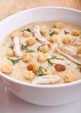 _pollo poner crema sopa con galleta Imagenes de archivo