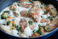 Pollo que cocina en una salsa cremosa Foto de archivo
