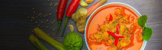 Pollo rojo del curry, comida picante tailandesa e ingredientes frescos de la hierba en la visión superior/aún la vida de madera,  Imagen de archivo libre de regalías