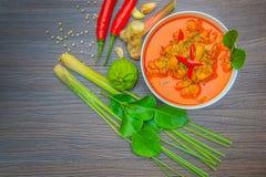 Pollo rojo del curry, comida picante tailandesa e ingredientes frescos de la hierba en la visión superior/aún la vida de madera,  Foto de archivo libre de regalías