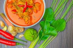 Pollo rojo del curry, comida picante tailandesa e ingredientes frescos de la hierba en la visión superior/aún la vida de madera,  Fotos de archivo