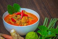 Pollo rojo del curry, comida picante tailandesa e ingredientes frescos de la hierba encendido Imágenes de archivo libres de regalías