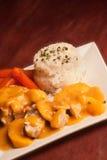 Pollo in salsa di pesche Immagini Stock