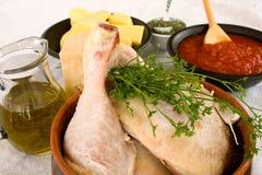 Pollo sin procesar con los ingredientes para cocinar Fotos de archivo