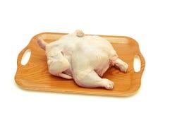 Pollo sin procesar entero en la bandeja aislada Imágenes de archivo libres de regalías