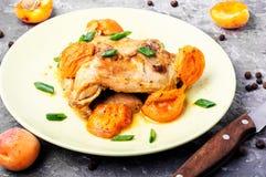 Pollo stufato in albicocche Immagine Stock
