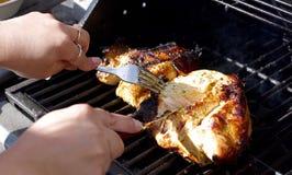 Pollo su una griglia che è affettata Fotografia Stock Libera da Diritti