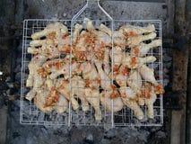 Pollo sul BBQ con altri ingredienti immagini stock libere da diritti