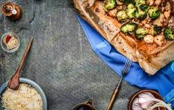 Pollo tagliato al forno con i broccoli, salsa di soia e tagliatella e riso fritti su fondo rustico Fotografie Stock Libere da Diritti