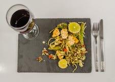 Pollo tailandés con el arroz basmati, salsa del coco en el pla negro de la piedra Fotos de archivo libres de regalías