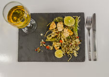 Pollo tailandese con riso basmati, salsa della noce di cocco sul pla nero della pietra Fotografie Stock