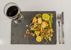 Pollo tailandese con riso basmati, salsa della noce di cocco sul pla nero della pietra Fotografie Stock Libere da Diritti