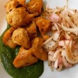 Pollo Tikka con le cipolle all'aceto e l'immagine del chutney della menta fotografia stock