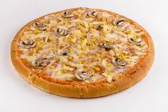 Pollo, tocino, setas, piña y cornon de la pizza vagos blancos imagenes de archivo