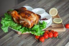 Pollo una griglia sulle foglie verdi della lattuga con i pomodori ciliegia fotografia stock