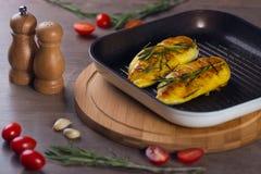 Pollo in una leccarda Fotografie Stock
