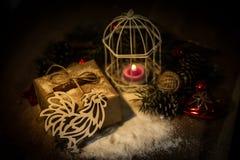 Pollo y caja de papel con los regalos en fondo de la Navidad Foto de archivo