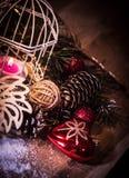 Pollo y caja de papel con los regalos en fondo de la Navidad Fotografía de archivo libre de regalías