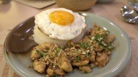 Pollo y camarón tailandeses del ajo con arroz metrajes