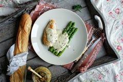 Pollo y espárrago con la salsa cremosa Foto de archivo libre de regalías