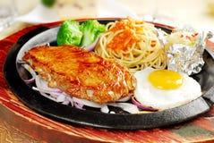 Pollo y espaguetis deliciosos ¿Qué usted querría comer? foto de archivo