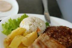 Pollo y hamburguesa con las patatas asadas Fotografía de archivo