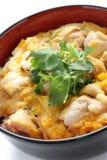 Pollo y huevo en el arroz, cocina japonesa Fotografía de archivo