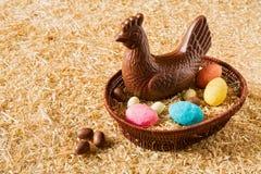 Pollo y huevos del chocolate de Pascua Foto de archivo libre de regalías