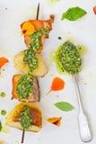 Pollo y patatas en un pincho con la salsa verde Fotos de archivo