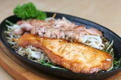 Pollo y pescados asados a la parilla en salsa del terriyaki imagen de archivo libre de regalías
