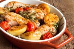 Pollo y verduras cocidos horno Fotos de archivo