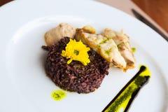 Pollock com arroz e molho pretos Fotografia de Stock Royalty Free