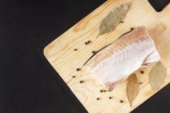 Pollock della carne con il primo piano della spezia Pepi i piselli e la foglia di alloro per il piatto da frutti di mare Vista su Fotografia Stock Libera da Diritti