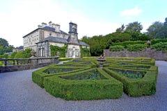 Pollock dom uprawia ogródek formalnego kwiatu łóżko zdjęcia royalty free