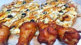 pollos deliciosos de la comida del pollo y de la pizza imagenes de archivo
