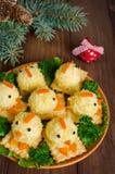 Pollos divertidos de los huevos en la tabla de la Navidad con el símbolo Fotos de archivo libres de regalías