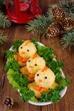 Pollos divertidos de los huevos en la tabla de la Navidad con el símbolo Imágenes de archivo libres de regalías
