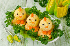 Pollos divertidos de los huevos en la tabla de Pascua Imagen de archivo