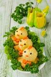 Pollos divertidos de los huevos en la tabla de Pascua Fotos de archivo